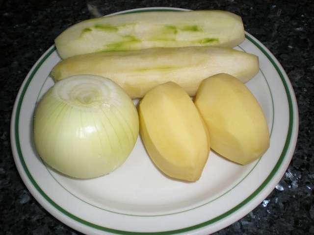 Papas, cebolla y pepinos